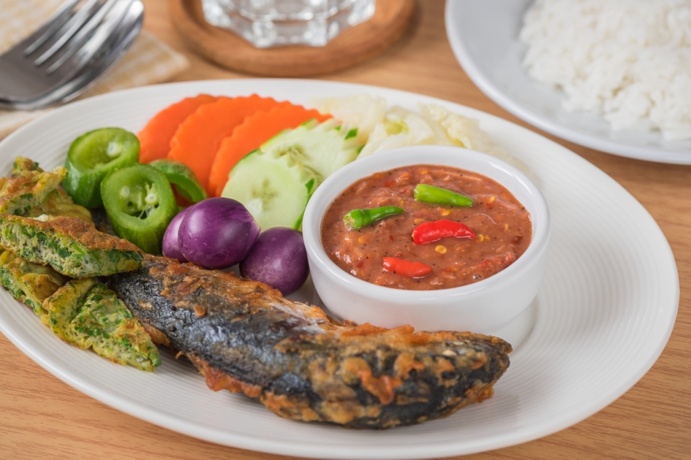 Spicy shrimp paste sauce with vegetables, fried mackerel and rice